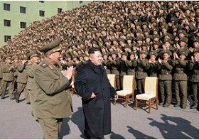 金正恩氏は杖を使わずに軍を視察した(労働新聞から)