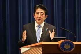会見で消費税率引き上げ延期と衆院解散を表明する安倍晋三首相