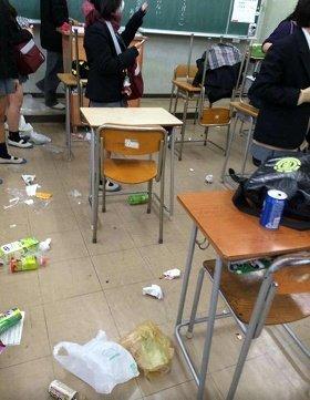床にはゴミが散乱している(画像は生徒がツイッターで公開したもの)