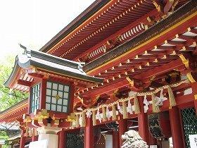 境内の祖霊殿では神道式の祭祀が執り行われる(画像は太宰府天満宮楼門)