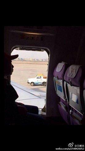 微博(ウェイボー)で拡散された現場写真。離陸直前に男性が非常ドアを開けたことに対して「他の乗客を危険にさらした」と批判が集まっている