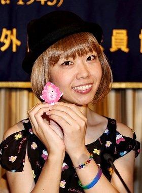 女性器をモチーフにした自作キャラクターの人形を手にする「ろくでなし子」こと五十嵐容疑者(2014年7月撮影)
