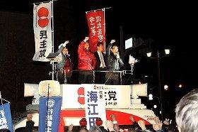 東京・四ツ谷駅前で街頭演説する民主党の海江田万里代表。公示から自らの選挙区入りするのは初めてだ