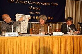 「吉田調書」紙面を手に記者の処分撤回を求める学者やジャーナリスト。左から早大教授の花田達朗氏、ジャーナリストの鎌田慧氏、弁護士の海渡雄一氏