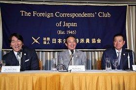 原辰徳監督(右)の「僕も聞きたいね!」という突っ込みに大笑いする松井秀喜氏(左)。次期監督として松井氏の名前が取りざたされることも多い。写真中央は森永製菓の新井徹社長