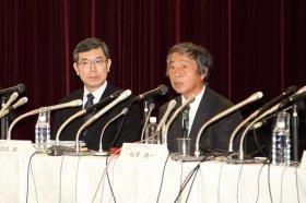 会見で小保方氏の退職が発表され、報道陣からは驚きの声があがった(写真左から理研の坪井裕理事、検証実験責任者の相澤慎一チームリーダー)