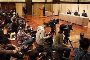 朝日新聞の会見では、経営陣は原則として記事や論説の内容に介入しない方針が示された