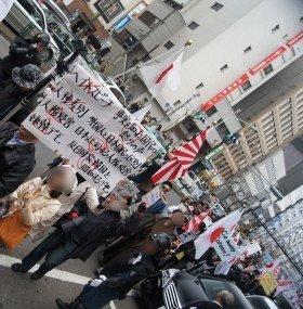デモには女性の姿も(13年3月、編集部撮影)
