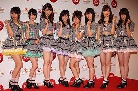 「心のプラカード」を披露するAKB48。総選挙で初めて1位になった渡辺麻友さん(左から4番目)がセンターポジションを務める