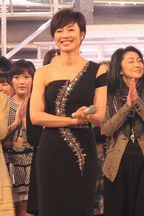 12月30日のリハーサルで司会をする有働由美子アナ。黒のドレス姿で、片方の肩を露出している