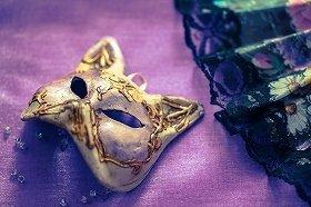 「仮面」は墓場まで持っていくべきか(画像はイメージ)