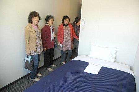 開業に先立つ見学会には近くの仮設住宅の住民が訪れました=2014年4月12日、大槌町吉里吉里1丁目