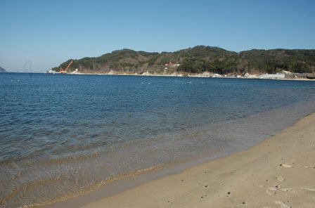 近くの吉里吉里海岸は今年夏に海水浴場が復活します=2014年4月12日、大槌町吉里吉里1丁目
