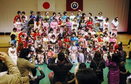 式典終了後に記念撮影する新成人=2014年1月12日、大槌町内の城山公園体育館