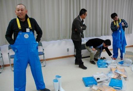 漁師カッパを試着する受講生たち =2014年1月14日、大槌町役場