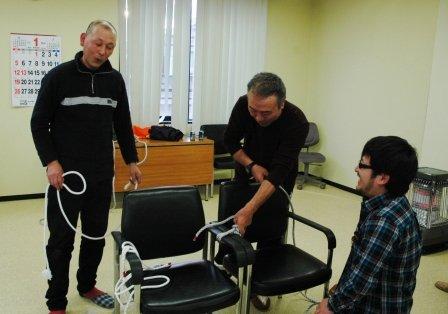 ロープの結び方を学ぶ受講生たち=2014年1月15日、大槌町内の新おおつち漁協