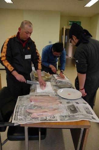 魚のさばき方を学ぶ受講生たち=2014年1月16日、大槌町内の新おおつち漁協