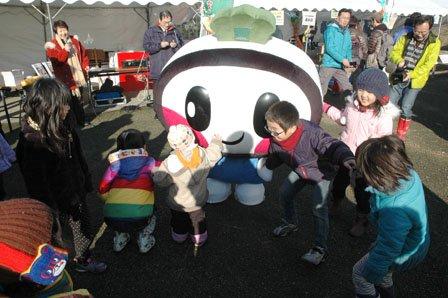 「おおつち鮭まつり」で子どもたちに囲まれるおおちゃん=2014年12月1日、大槌川河川敷