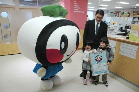 碇川豊町長から「特別住民票」を再交付されたおおちゃん=2014年11月29日、大槌町役場