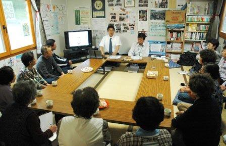 「お茶っこの会」は町長と住民が膝を交えて懇談する場で報道陣に公開されています=2013年9月30日、小鎚第16仮設団地談話室
