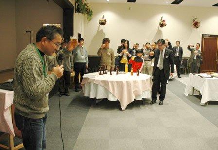 「応援職員の会」の川野重美会長の音頭で乾杯する参加者=2014年2月8日、大槌町内の三陸花ホテルはまぎく