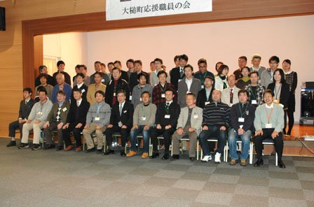 記念撮影する参加者=2014年2月8日、大槌町内の三陸花ホテルはまぎく