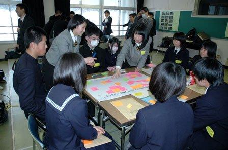 グループに分かれて論議する生徒たち=2014年2月15日、大槌高校