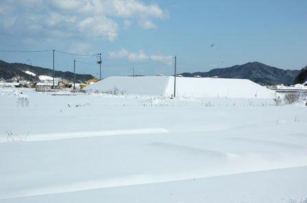 雪に覆われた町方地区の先行盛り土=2014年2月10日