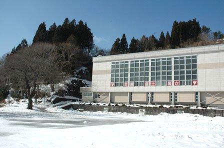 盛り土の高さが示されている赤浜地区の旧赤浜小学校の校庭=2014年2月18日