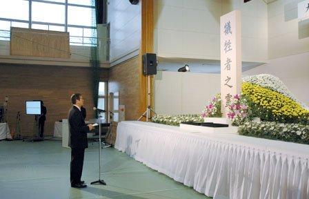 追悼式で式辞を述べる碇川豊町長=2014年3月11日、大槌町役場多目的会議室