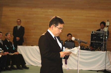 遺族を代表して追悼の辞を述べる岩間公人さん=2014年3月11日、大槌町役場多目的会議室