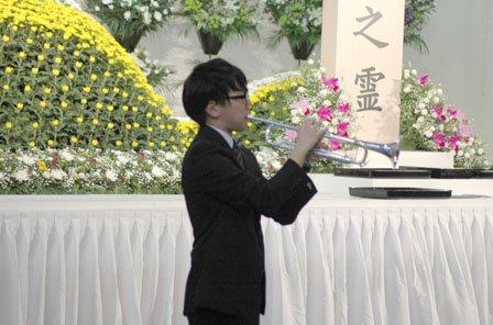 トランペットで献奏する台隆裕さん=2014年3月11日、大槌町役場多目的会議室