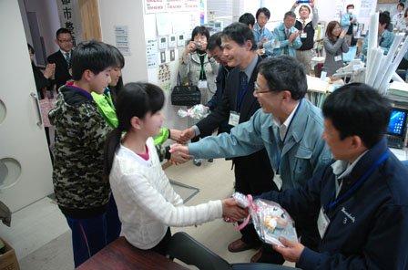 町役場の応援職員に感謝のプレゼントを手渡す大槌小学校6年生の児童たち=2014年3月18日、大槌町役場