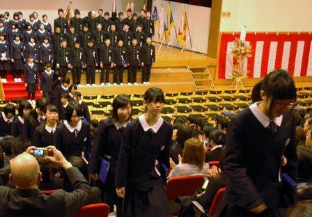 大槌中学校の卒業式を終えて会場を後にする生徒たち=2014年3月12日、大槌町の城山公園体育館