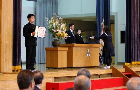 吉里吉里中学校の卒業式で卒業証書授与式に臨む生徒たち=2014年3月12日、大槌町の吉里吉里中体育館