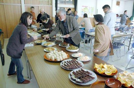 郷土料理の発表会はバイキング方式で行われました=2014年3月9日、大槌町金沢の金沢生活改善センター