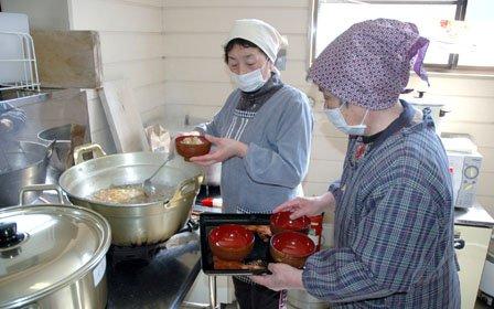 クマ汁を作る地元の主婦たち=2014年3月9日、大槌町金沢の金沢生活改善センター
