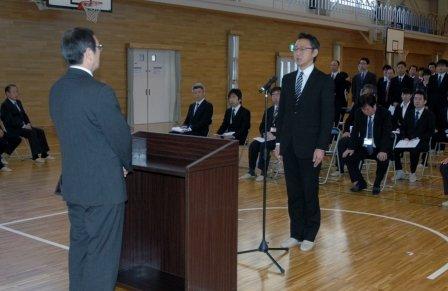 辞令交付式で応援職員を代表してあいさつする内田拓亜さん=2014年4月1日、大槌町役場多目的会議室