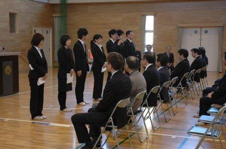 応援職員とともに辞令交付され自己紹介する新採用職員=2014年4月1日、大槌町役場多目的会議室