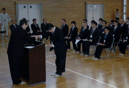 碇川豊町長は帰任する応援職員一人ひとりと握手し感謝しました=2014年3月28日、大槌町役場多目的会議室