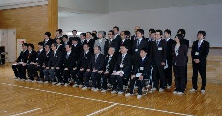 帰任する応援職員は辞令交付後に記念撮影して別れを惜しみました=2014年3月28日、大槌町役場多目的会議室