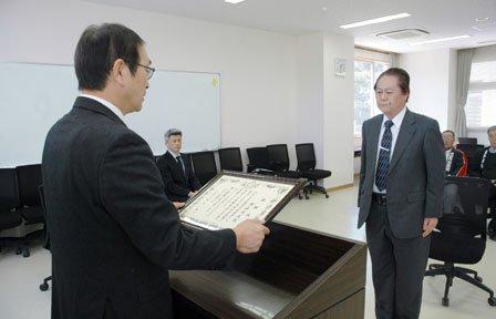 碇川豊町長から感謝状を授与される煙山佳成さん=2014年3月31日、大槌町役場