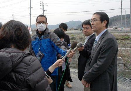 工事現場で報道陣のインタビューに答える碇川豊町長=2014年4月10日、大槌町の旧役場庁舎