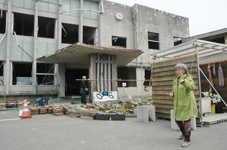 献花台の見守りを続けている上野ヒデさん=2014年4月10日、大槌町の旧役場庁舎