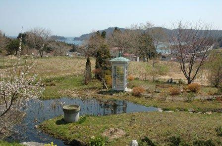 船越湾を見下ろす高台にある白い電話ボックス=2014年4月20日、大槌町吉里吉里