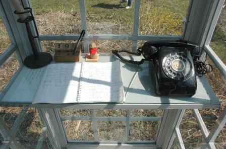電話の脇のノートには亡くなった人への思いがつづられています=2014年4月20日、大槌町吉里吉里