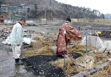 湧水を止める前に自噴井戸の前で神事が執り行われました=2014年3月16日、大槌町