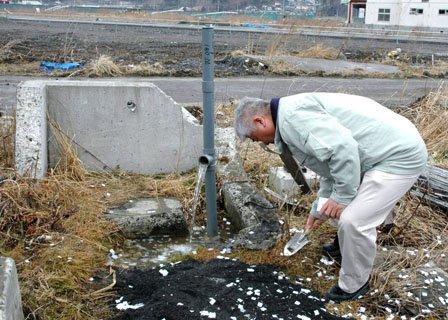 神事では井戸の脇に「鎮物」が埋められました=2014年3月16日、大槌町