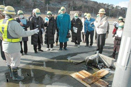 こんこんと湧き出る清水を見学する人たち=2014年2月7日、大槌町