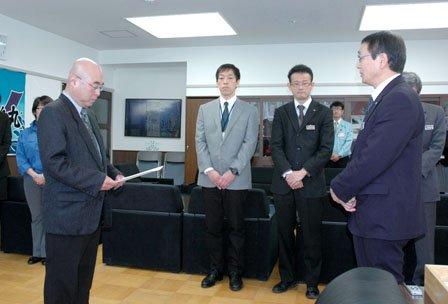 碇川豊町長(右)から辞令を受け取る小山純徳氏(左)=2014年5月2日、大槌町役場